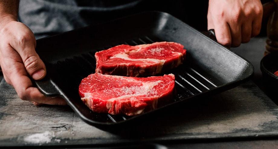 Carne en una plancha de cocina